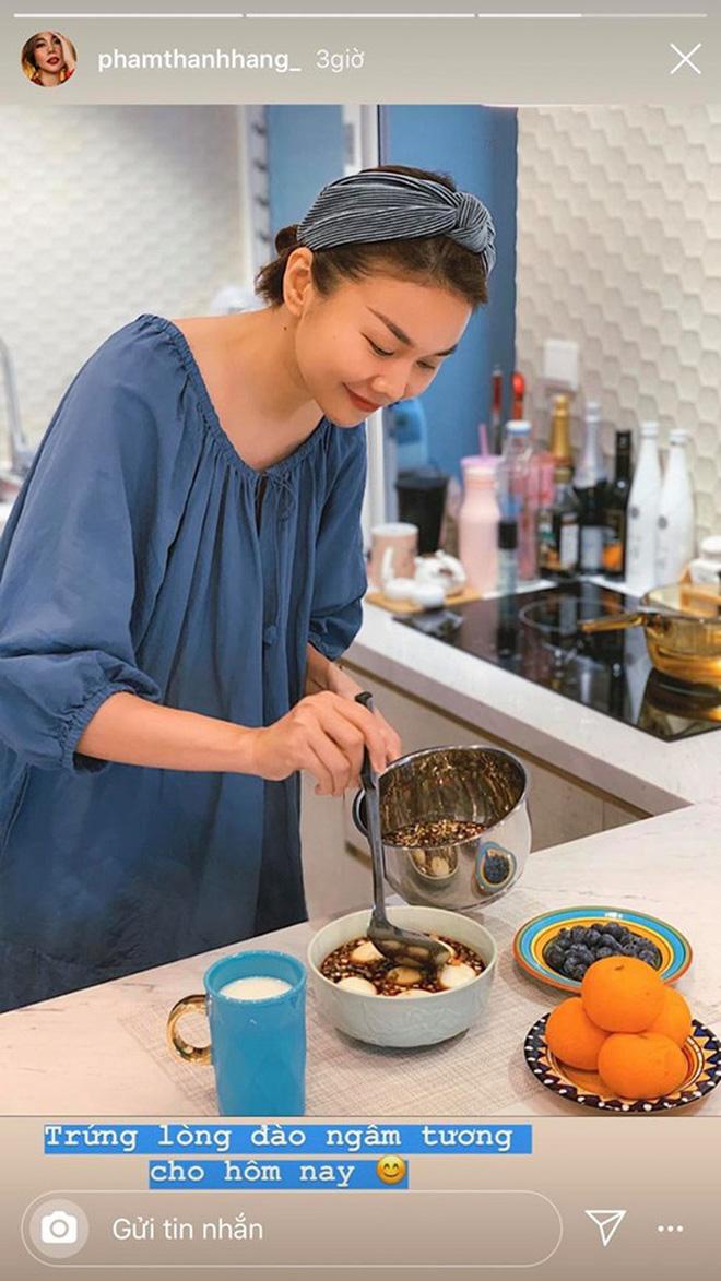 Không nhà hàng đắt đỏ, sao Vbiz tiết kiệm với mâm cơm nhà mùa dịch: Tóc Tiên nịnh chồng món ngon, Băng Di nấu bữa chỉ 50K - Ảnh 13.