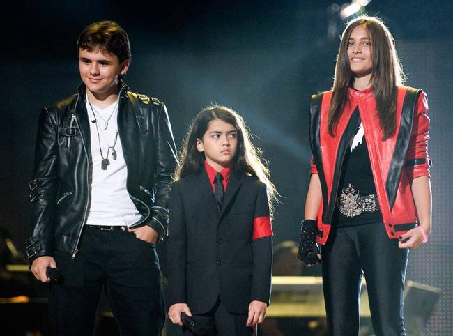Cuộc sống cô độc của cậu con trai út nhà Michael Jackson: Đứa trẻ không mẹ, 7 tuổi đã mồ côi cha, sống vô hình trong gia tộc giàu sang  - Ảnh 11.