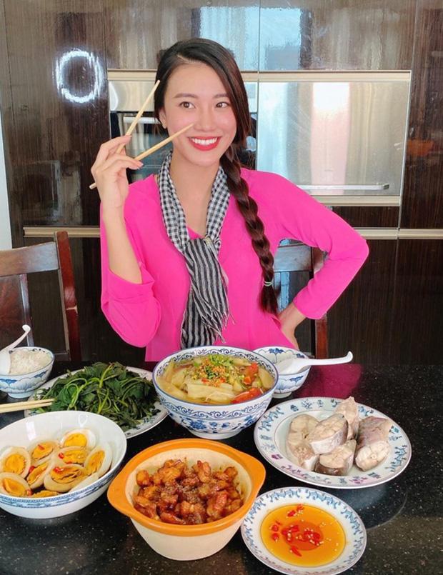 Không nhà hàng đắt đỏ, sao Vbiz tiết kiệm với mâm cơm nhà mùa dịch: Tóc Tiên nịnh chồng món ngon, Băng Di nấu bữa chỉ 50K - Ảnh 16.