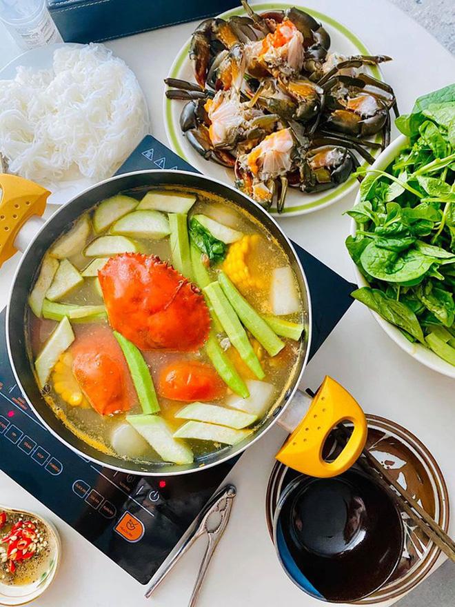 Không nhà hàng đắt đỏ, sao Vbiz tiết kiệm với mâm cơm nhà mùa dịch: Tóc Tiên nịnh chồng món ngon, Băng Di nấu bữa chỉ 50K - Ảnh 20.