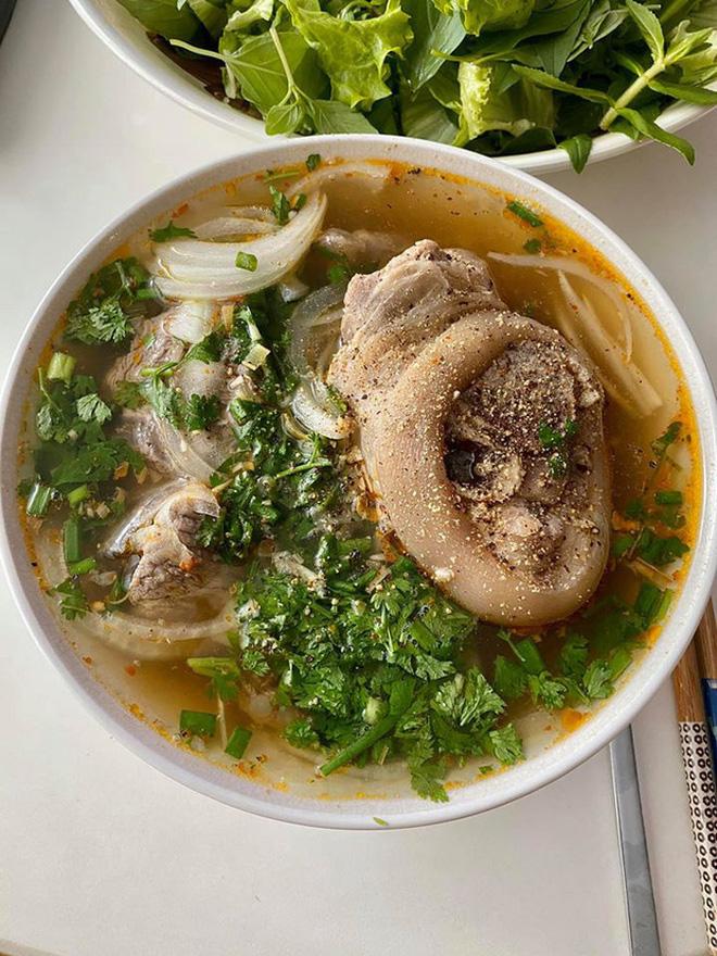 Không nhà hàng đắt đỏ, sao Vbiz tiết kiệm với mâm cơm nhà mùa dịch: Tóc Tiên nịnh chồng món ngon, Băng Di nấu bữa chỉ 50K - Ảnh 21.