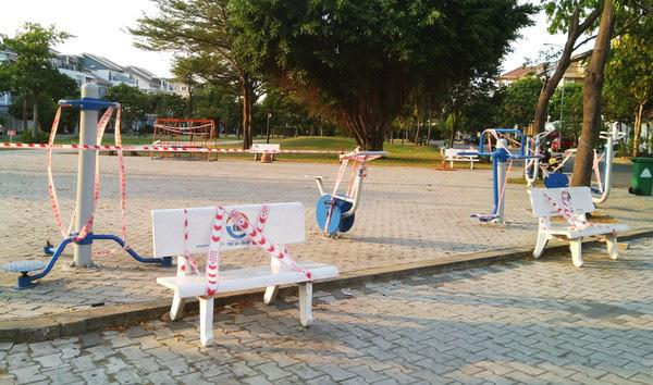 Lý giải sau hình ảnh ghế đá công viên bị 'phong toả' tại TPHCM - ảnh 2