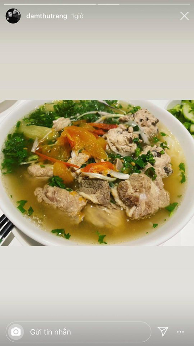 Không nhà hàng đắt đỏ, sao Vbiz tiết kiệm với mâm cơm nhà mùa dịch: Tóc Tiên nịnh chồng món ngon, Băng Di nấu bữa chỉ 50K - Ảnh 8.