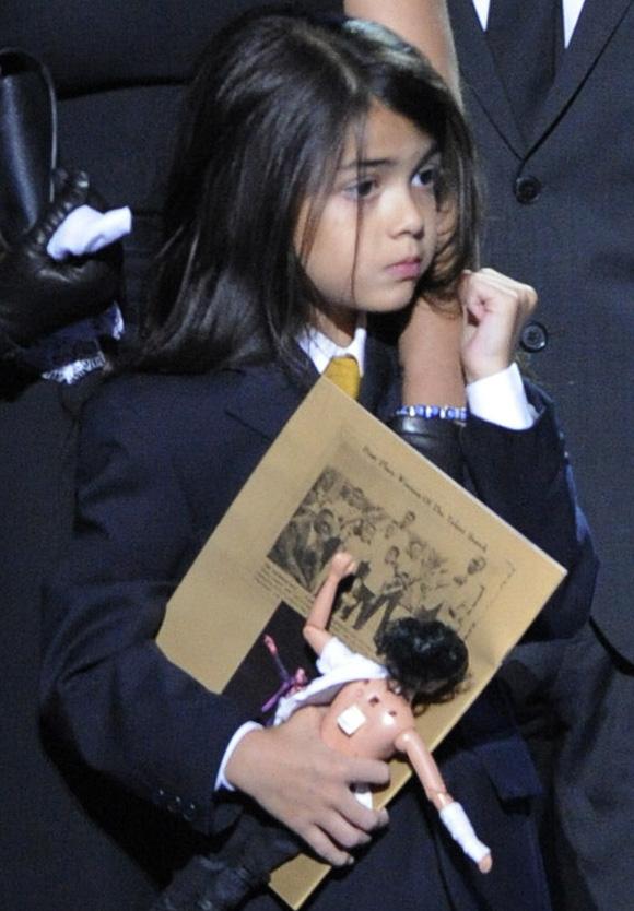 Cuộc sống cô độc của cậu con trai út nhà Michael Jackson: Đứa trẻ không mẹ, 7 tuổi đã mồ côi cha, sống vô hình trong gia tộc giàu sang  - Ảnh 6.