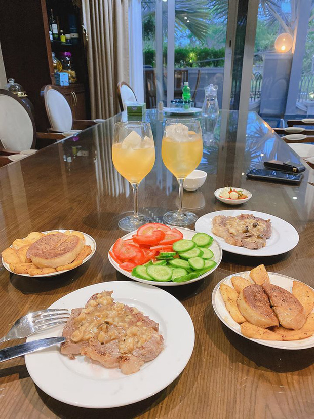 Không nhà hàng đắt đỏ, sao Vbiz tiết kiệm với mâm cơm nhà mùa dịch: Tóc Tiên nịnh chồng món ngon, Băng Di nấu bữa chỉ 50K - Ảnh 9.