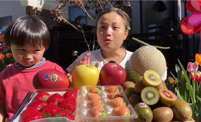 Quỳnh Trần JP khoe mâm trái cây siêu đắt đỏ, mua hẳn giống xoài giá cả triệu đồng 1 trái về ăn giữa trời nắng nóng - Ảnh 1.