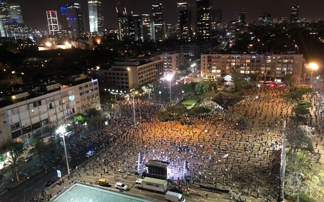Cuộc biểu tình độc nhất vô nhị ở Israel: Tập trung hàng ngàn người nhưng vẫn không quên giãn cách xã hội - Ảnh 5.