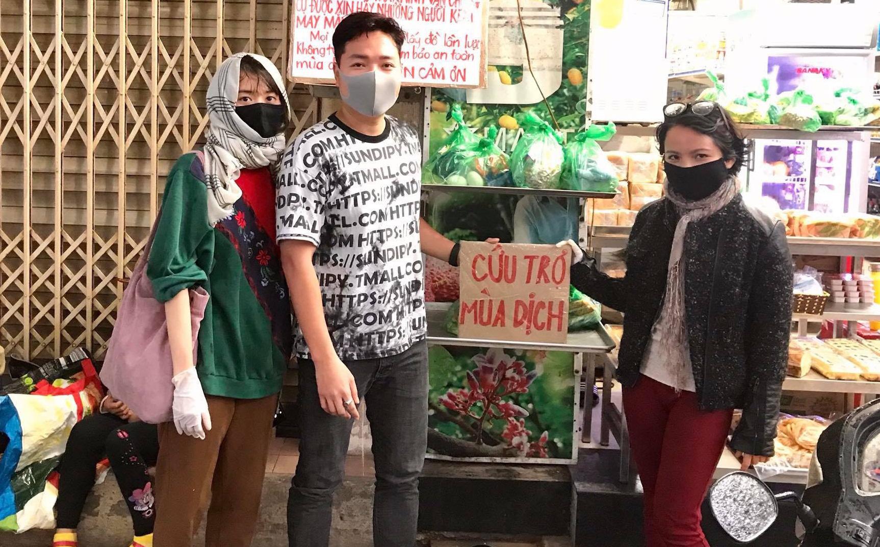 3 cô gái Hà Nội tự lập nhóm đi phát quà tận tay người nghèo