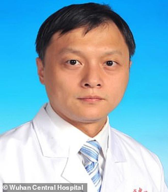 Hai bác sĩ Trung Quốc có làn da bị đổi sang màu nâu sau một thời gian dài chống chọi với Covid-19 - Ảnh 1.