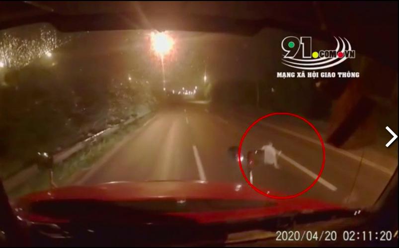 """Clip: Lưu thông lúc 2 giờ sáng, hình ảnh giữa đường khiến tài xế container """"toát mồ hôi lạnh"""""""