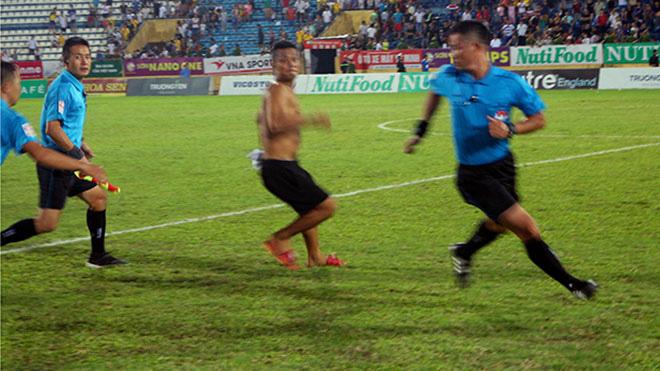 Trận đòn hụt ở Gia Lai và góc khuất về vị trọng tài đạn bắn không thủng nổi tiếng V.League - Ảnh 10.