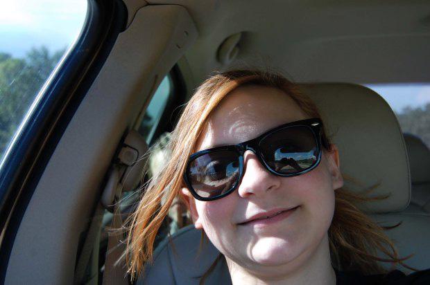Chụp ảnh selfie, bé gái sau đó mới phát hiện gương mặt kì lạ phía sau và tin rằng nó có liên quan đến vụ tai nạn 1 năm trước - Ảnh 1.