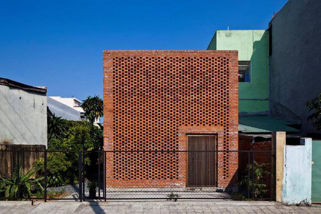 Ngôi nhà bằng gạch đỏ chống nóng không lo lỗi thời - Ảnh 1.