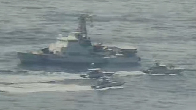 Hải quân Iran bao vây, uy hiếp nhóm tàu cực mạnh của Mỹ, đạn đã lên nòng, căng thẳng tột độ - Ảnh 1.