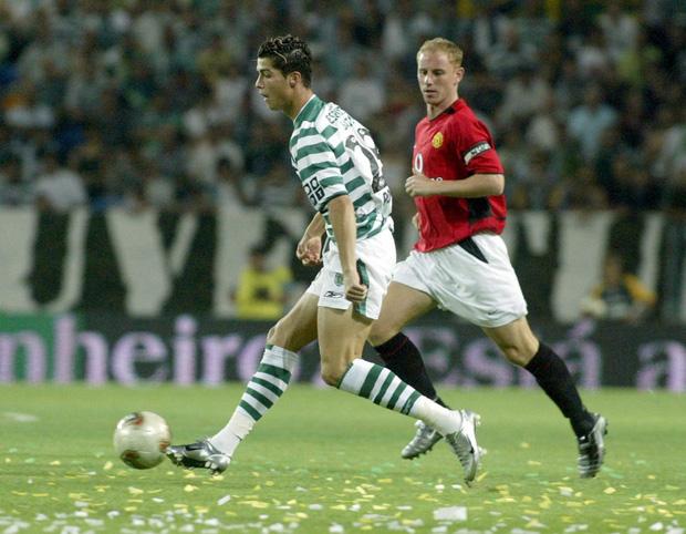 Ronaldo và những ngày không thể nào quên ở MU (kỳ 1): Cậu nhóc lơ đễnh tay không đến Manchester cùng màn ra mắt với bộ đồ dị hợm - Ảnh 1.