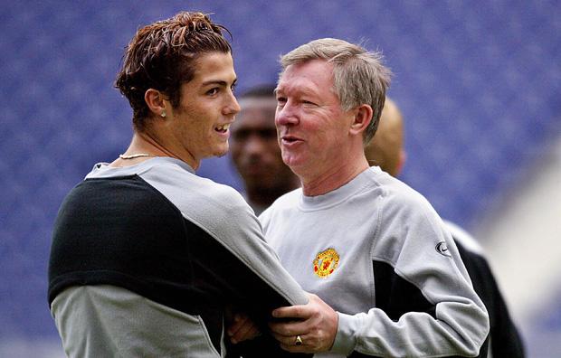 Ronaldo và những ngày không thể nào quên ở MU (kỳ 1): Cậu nhóc lơ đễnh tay không đến Manchester cùng màn ra mắt với bộ đồ dị hợm - Ảnh 2.