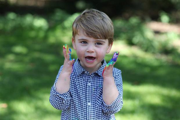Hôm nay Hoàng tử Louis tròn 2 tuổi, Công nương Kate thực hiện bộ ảnh đặc biệt chưa từng thấy dành cho con trai út khiến người hâm mộ thích thú - Ảnh 1.
