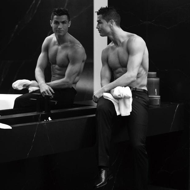 """Ronaldo và những ngày không quên ở MU (kỳ 2): """"Chàng hoàng tử"""" luôn ngắm mình trước gương và tự hỏi thế gian này ai đẹp bằng ta - Ảnh 4."""