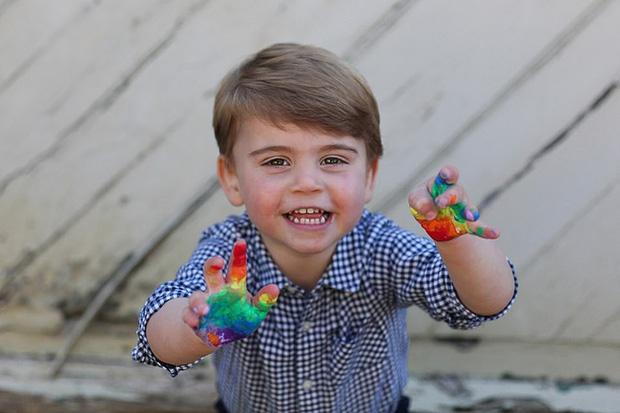 Hôm nay Hoàng tử Louis tròn 2 tuổi, Công nương Kate thực hiện bộ ảnh đặc biệt chưa từng thấy dành cho con trai út khiến người hâm mộ thích thú - Ảnh 4.