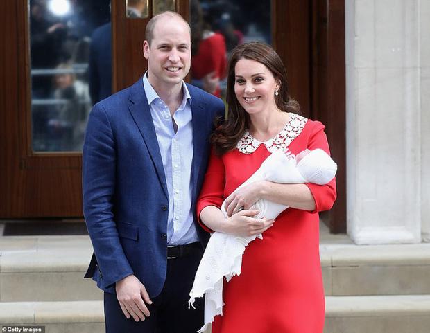 Hôm nay Hoàng tử Louis tròn 2 tuổi, Công nương Kate thực hiện bộ ảnh đặc biệt chưa từng thấy dành cho con trai út khiến người hâm mộ thích thú - Ảnh 9.