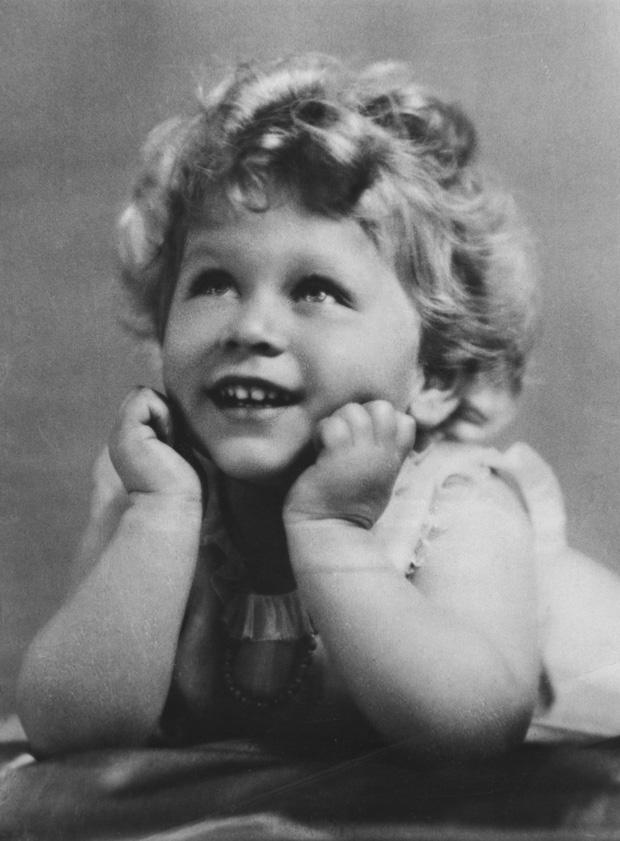 Cuộc đời Nữ hoàng Elizabeth II qua ảnh: Vị nữ vương ngồi trên ngai vàng lâu nhất trong lịch sử các vương triều của nước Anh - Ảnh 2.