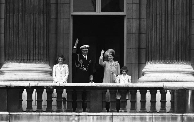Cuộc đời Nữ hoàng Elizabeth II qua ảnh: Vị nữ vương ngồi trên ngai vàng lâu nhất trong lịch sử các vương triều của nước Anh - Ảnh 4.