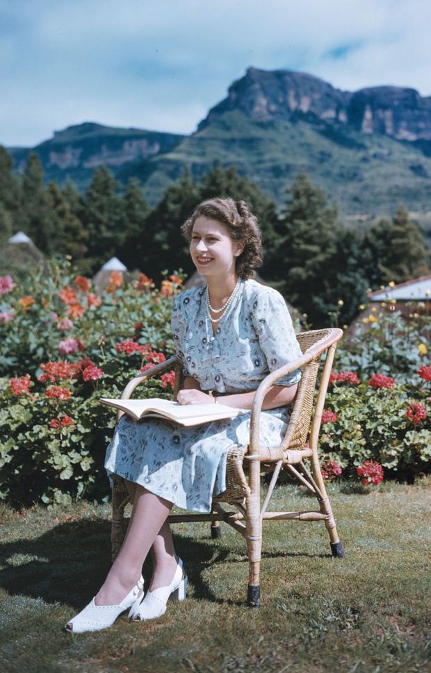 Cuộc đời Nữ hoàng Elizabeth II qua ảnh: Vị nữ vương ngồi trên ngai vàng lâu nhất trong lịch sử các vương triều của nước Anh - Ảnh 6.