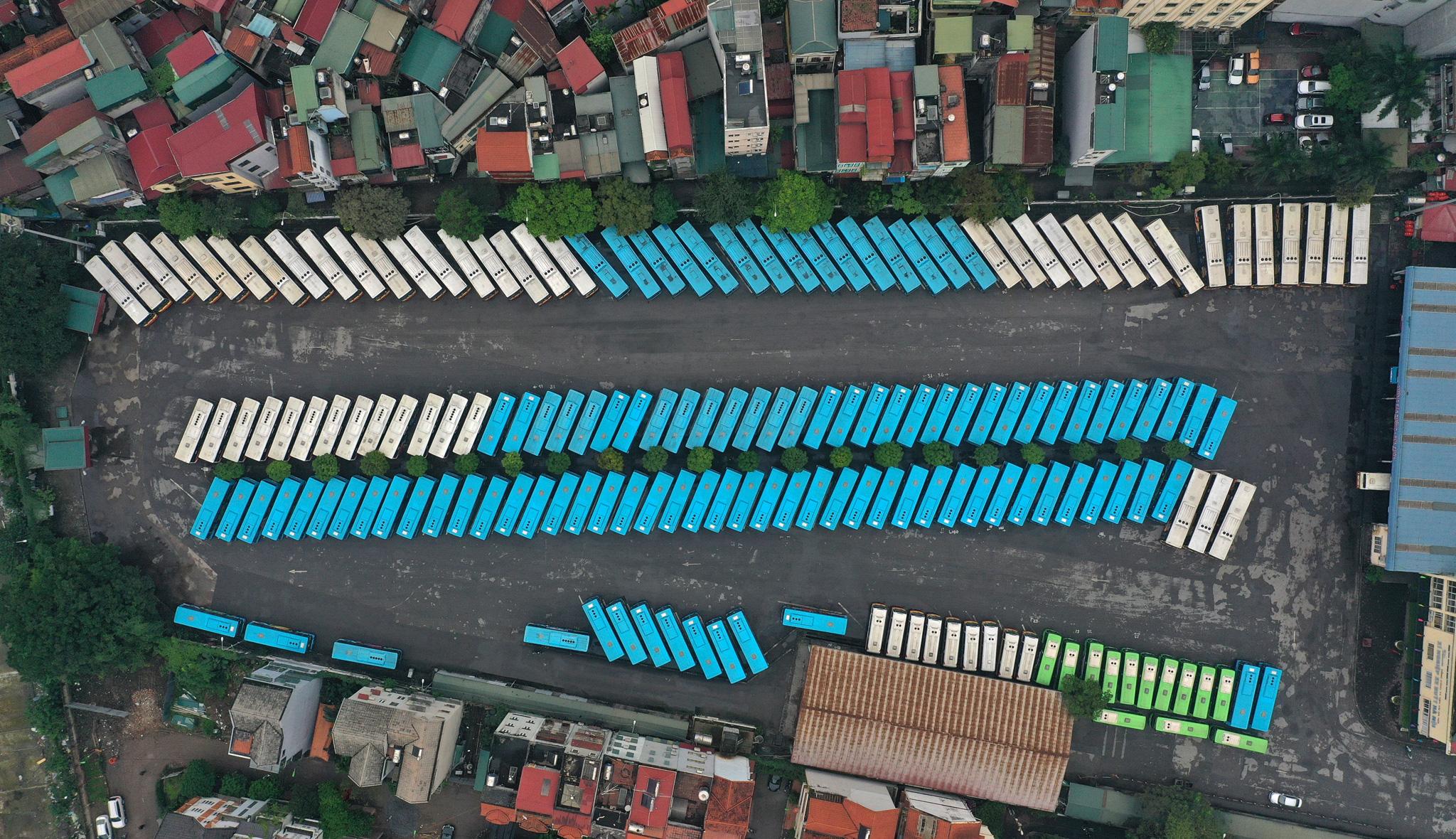 [ẢNH] Vẻ đẹp của gần 200 xe buýt tập kết về bến xếp hàng trong đêm - Ảnh 7.