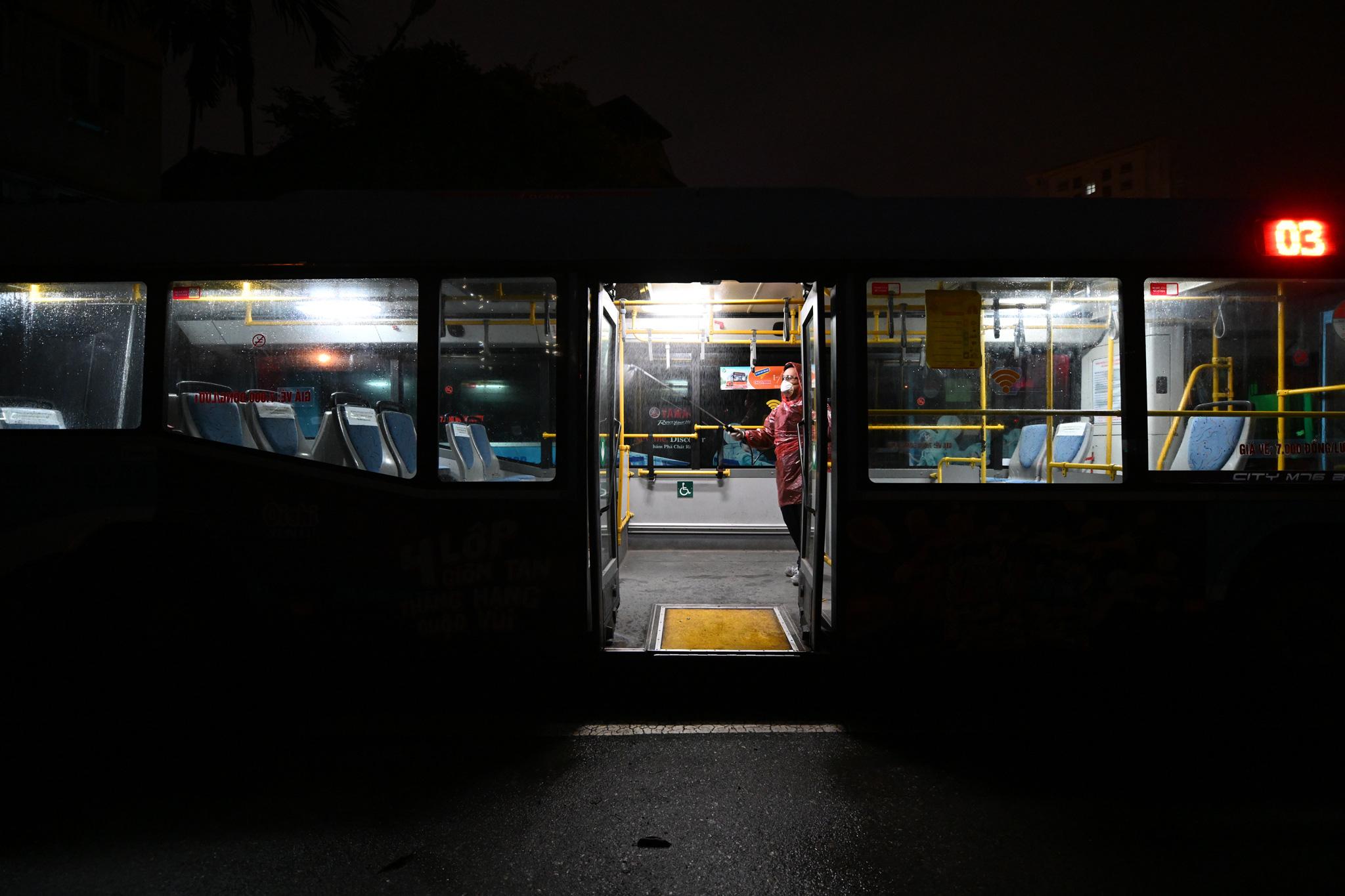[ẢNH] Vẻ đẹp của gần 200 xe buýt tập kết về bến xếp hàng trong đêm - Ảnh 13.