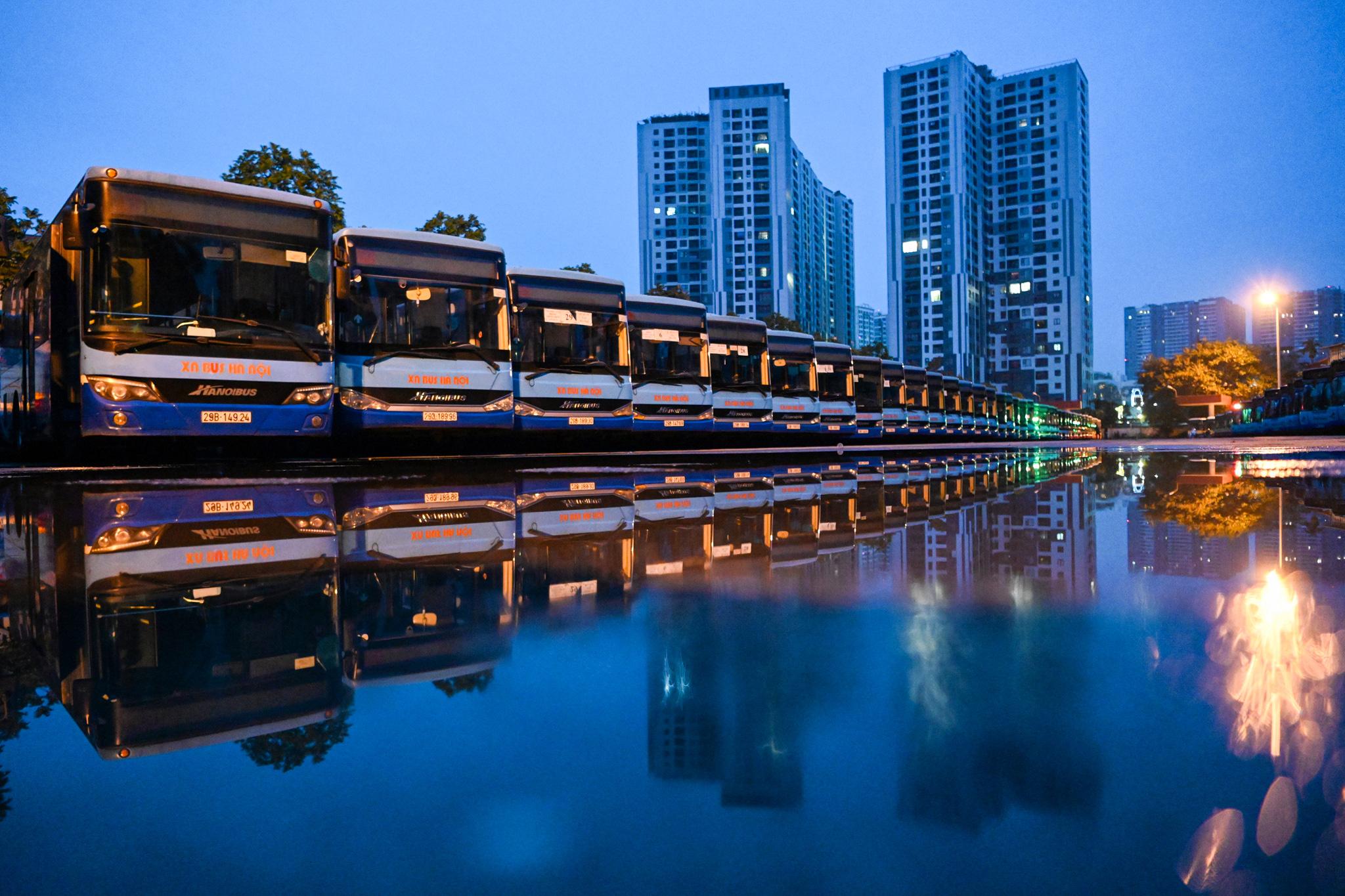 [ẢNH] Vẻ đẹp của gần 200 xe buýt tập kết về bến xếp hàng trong đêm - Ảnh 1.