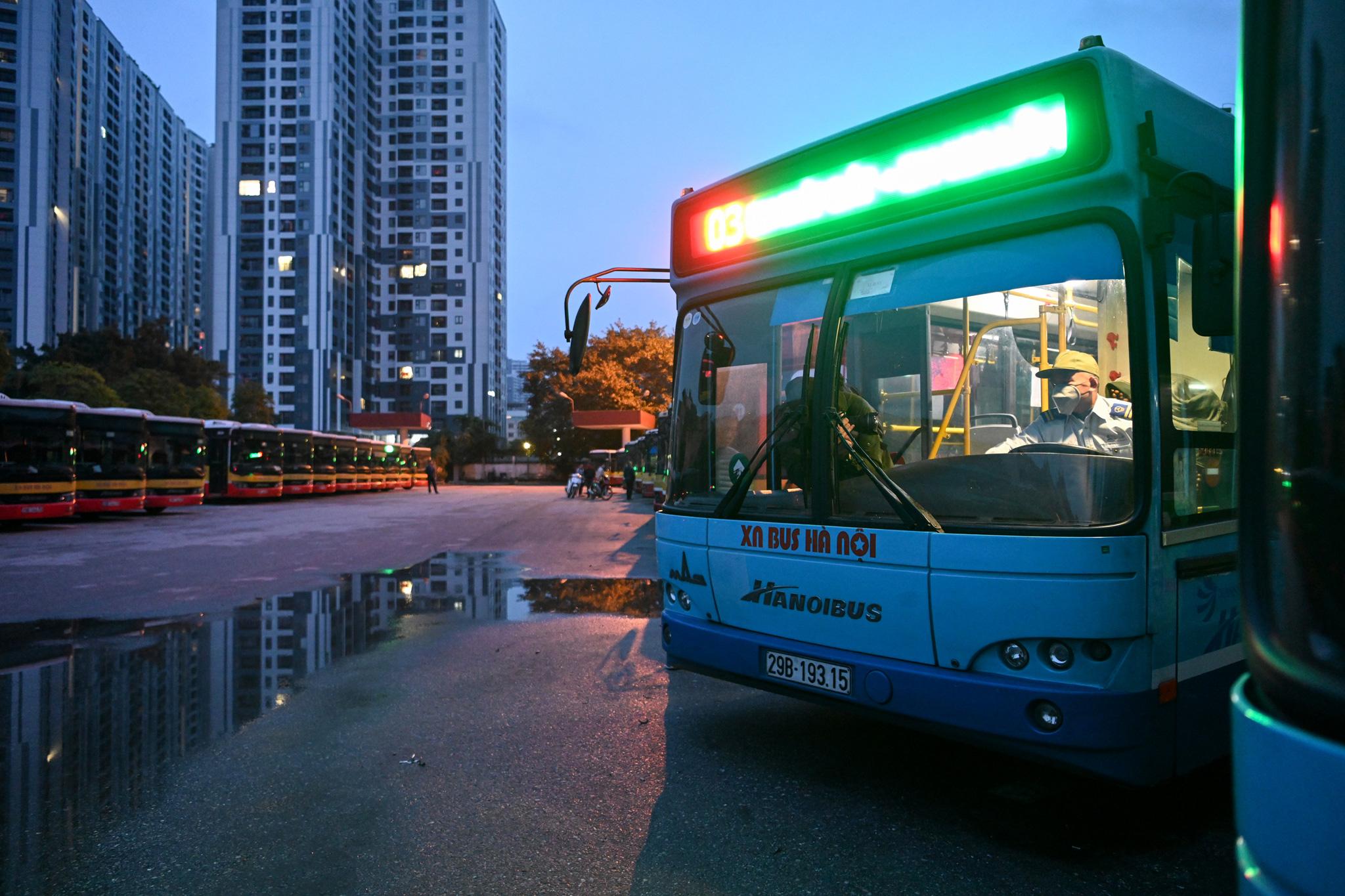 [ẢNH] Vẻ đẹp của gần 200 xe buýt tập kết về bến xếp hàng trong đêm - Ảnh 3.