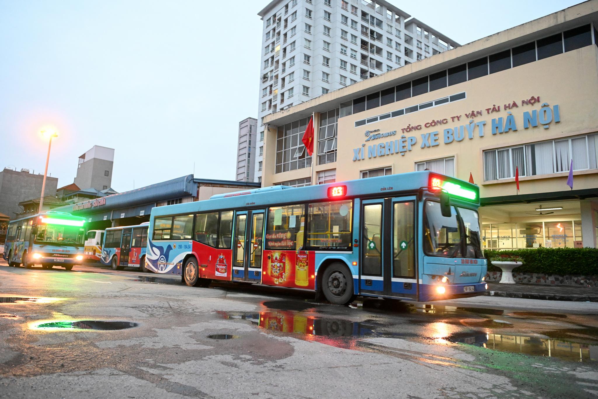 [ẢNH] Vẻ đẹp của gần 200 xe buýt tập kết về bến xếp hàng trong đêm - Ảnh 5.