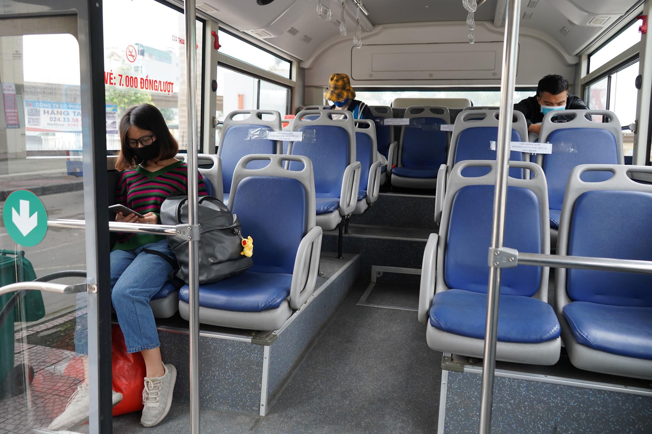 [ẢNH] Vẻ đẹp của gần 200 xe buýt tập kết về bến xếp hàng trong đêm - Ảnh 6.