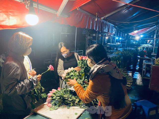 Chợ hoa đêm lớn nhất Thủ Đô vắng khách sau khi dỡ phong toả - Ảnh 2.
