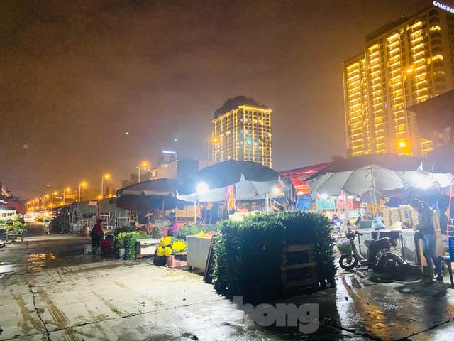Chợ hoa đêm lớn nhất Thủ Đô vắng khách sau khi dỡ phong toả - Ảnh 4.