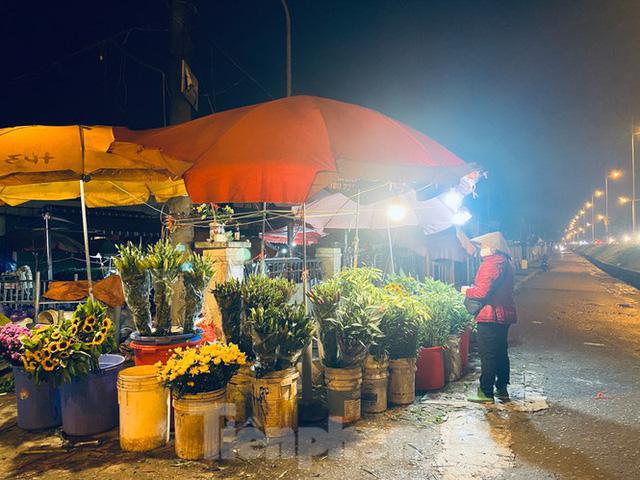 Chợ hoa đêm lớn nhất Thủ Đô vắng khách sau khi dỡ phong toả - Ảnh 6.