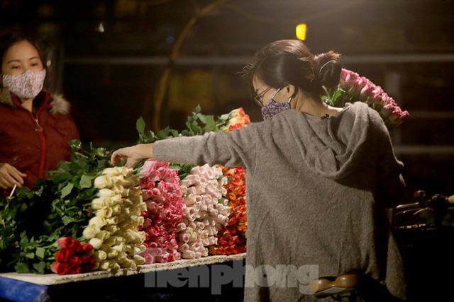 Chợ hoa đêm lớn nhất Thủ Đô vắng khách sau khi dỡ phong toả - Ảnh 8.