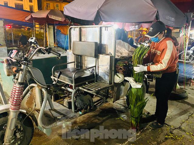 Chợ hoa đêm lớn nhất Thủ Đô vắng khách sau khi dỡ phong toả - Ảnh 9.