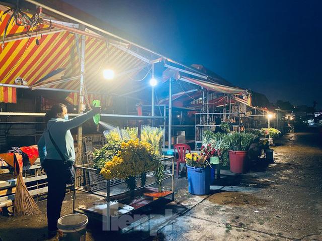 Chợ hoa đêm lớn nhất Thủ Đô vắng khách sau khi dỡ phong toả - Ảnh 10.
