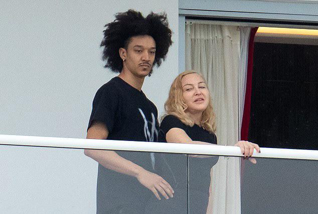 Nhan sắc Madonna ở tuổi 62 và chuyện tình với phi công kém 36 tuổi - Ảnh 6.