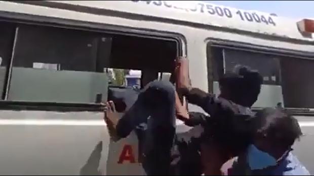 Ấn Độ: cảnh sát trừng phạt người không tuân thủ cách ly xã hội bằng cách cho họ ngồi cùng bệnh nhân vờ nhiễm COVID-19 - Ảnh 3.