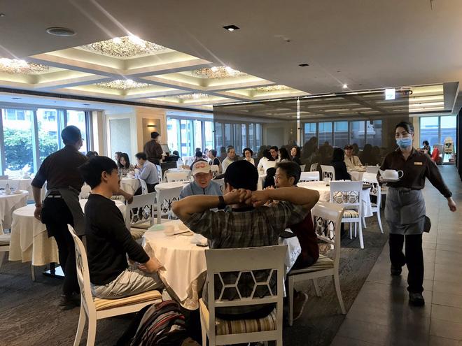 """Đi ăn nhưng vẫn không quên phòng dịch: Quán xá khắp châu Á tung ra một loạt """"chiêu thức"""" khó đỡ, hạn chế cho khách tiếp xúc với nhau - Ảnh 16."""