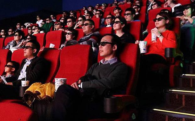 Các rạp chiếu phim ở Trung Quốc 'ngắc ngoải' vì Covid-19: Phải bán bỏng ngô không kèm vé, cho thuê rạp làm chỗ chụp ảnh cưới để cầm cự - Ảnh 1.