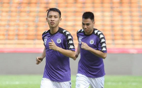 Các CLB V-League đã trở ra sân tập đầy đủ - Ảnh 1.