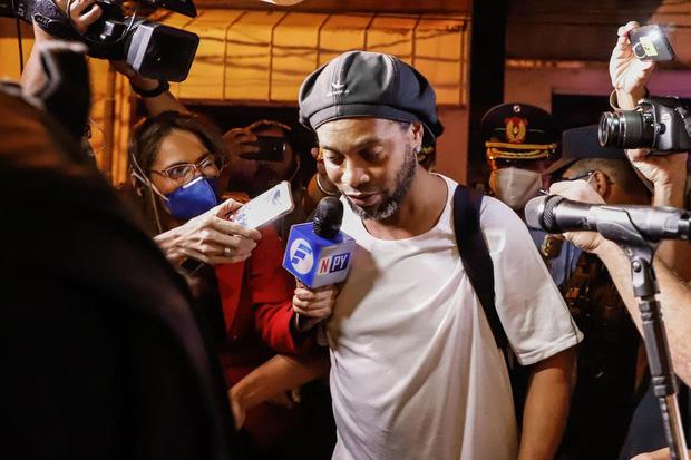 Ronaldinho lần đầu chia sẻ về những ngày tháng phải ngồi tù: Tôi sốc nặng khi biết mình bị tống giam. Thật không thể tưởng tượng nổi! - Ảnh 2.