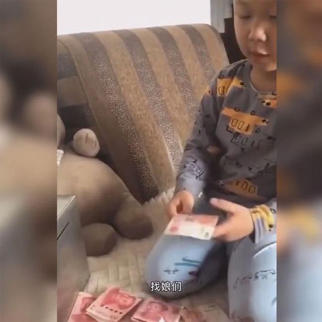 Mẹ hỏi con trai tiết kiệm tiền làm gì, câu trả lời của bé khiến mẹ cười lăn - Ảnh 2.