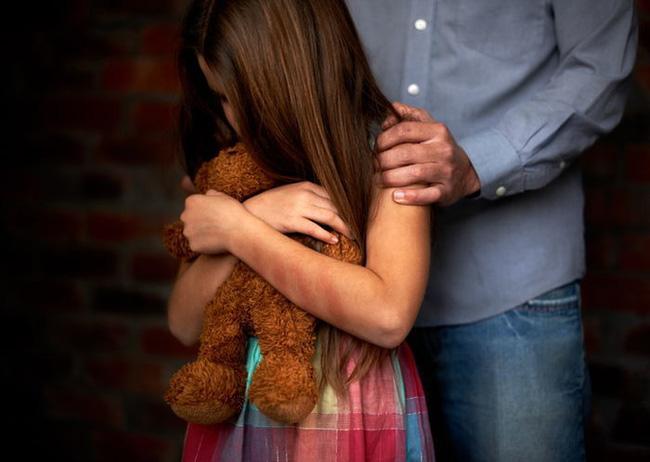 Con gái không chịu đi học và khóc thét trong lúc tắm, bố mẹ phát hiện nguyên nhân là do thầy giáo và việc làm của tên này - Ảnh 3.