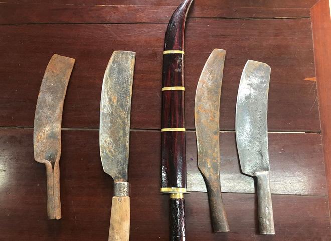 Chém người rồi mang dao kiếm đến Công an đầu thú - Ảnh 1.