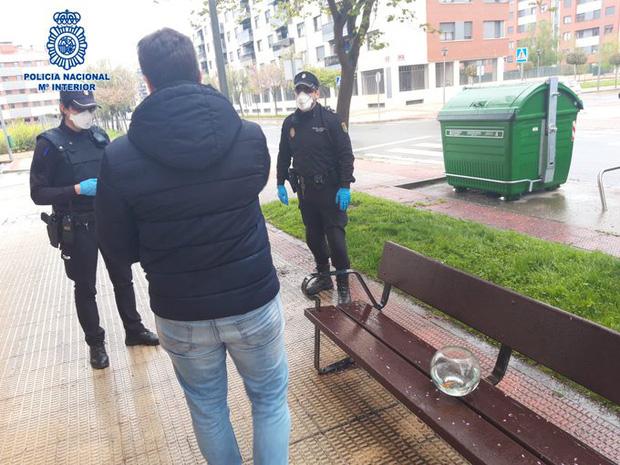 Tây Ban Nha: Bắt giữ người đàn ông vi phạm cách ly xã hội với lí do ra đường dắt cá vàng đi dạo - Ảnh 3.