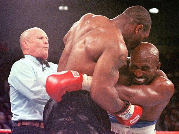 Số phận bi đát của huyền thoại quyền Anh bị Mike Tyson cắn đứt tai: Nửa tỷ đô bốc hơi, phải bán nhà, bán nhẫn, bán cả huy chương trả nợ - Ảnh 1.